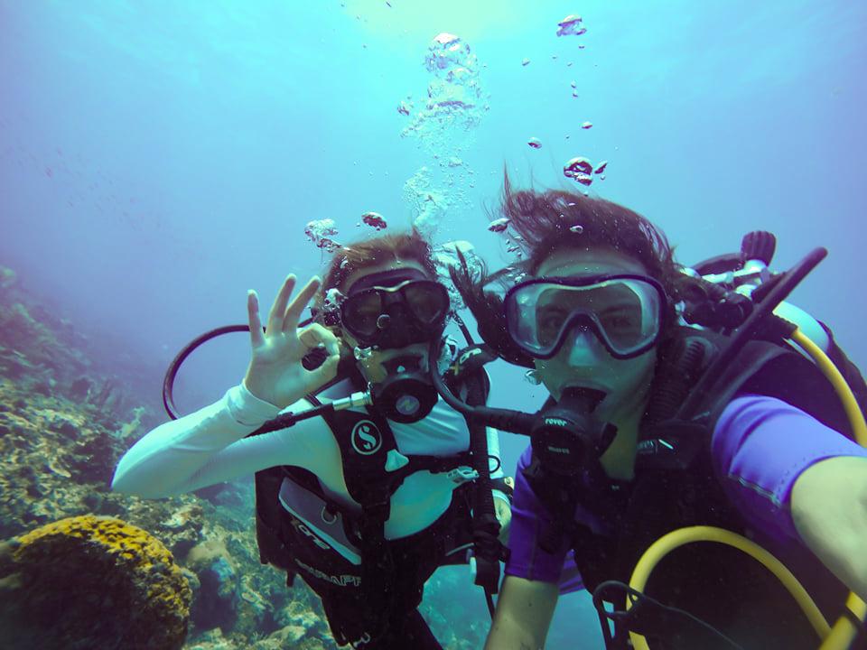 Plongeuse sous l'eau